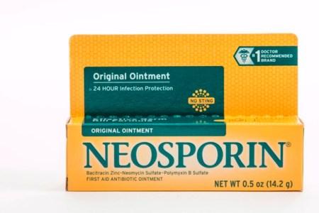 Kem trị bỏng Neosporin: Khi trẻ bị bỏng hay bị xước, bạn hãy cân nhắc trước khi dùng kem Neosporin. Các bác sĩ hầu như không bao giờ khuyên dừng Neosporin hoặc kháng sinh đối với trẻ sơ sinh vì chúng có nguy cơ gây dị ứng.