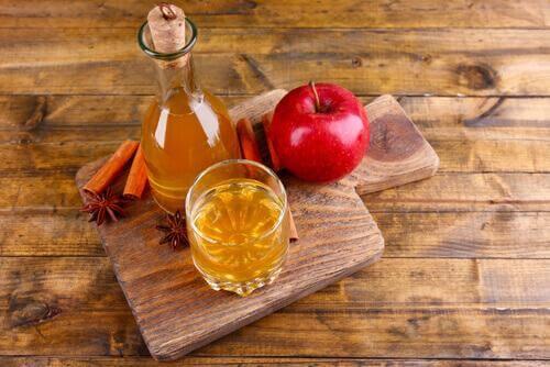 Γεμίστε τη μπανιέρα σας με ζεστό νερό και προσθέστε 3 κούπες μηλόξυδο (750 ml). Καθίστε στο νερό για20 ή 30 λεπτά.