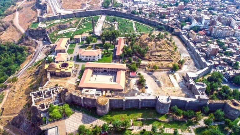 Diyarbakır'ın  tarihi Sur ilçesindeki 5 bin yıllık Amida Höyük'te kazı çalışmasında kanal ve kanala ulaşan tünel tespit edildi