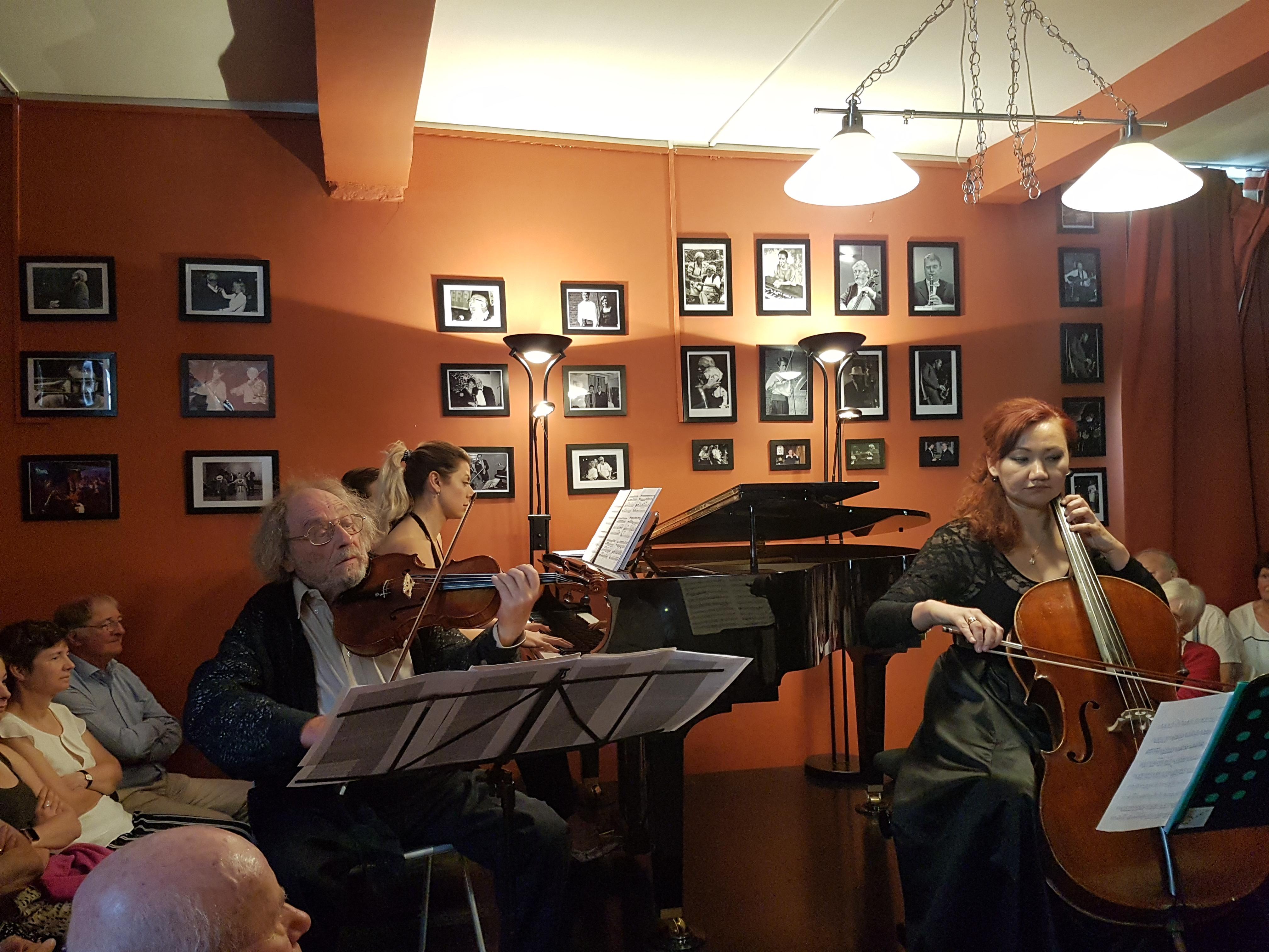 Trio Les Misérables Spelen Als In De Sixtijnse Kapel