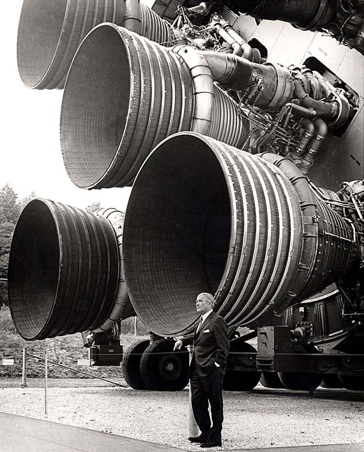 Wernher von Braun och Saturn V:s fem F1-motorer.
