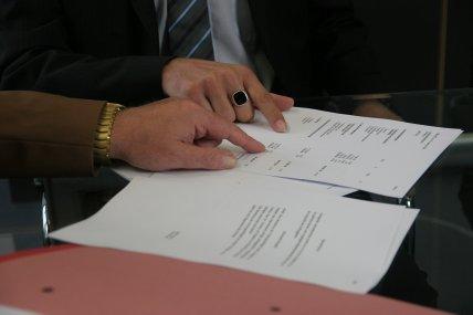 pesonas formando un  Convenio Regulador  de un Divorcio de mutuo acuerdo