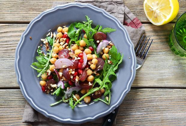 Pensar antes de montar o prato é fundamental (Foto: Thinkstock)