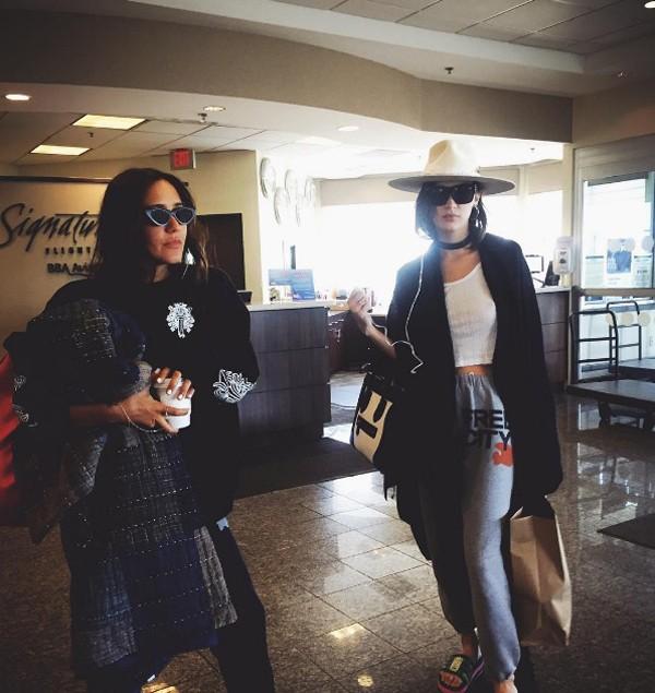 Bella Hadid faz ironia com 'look e aeroporto' (Foto: Reprodução / Instagram)