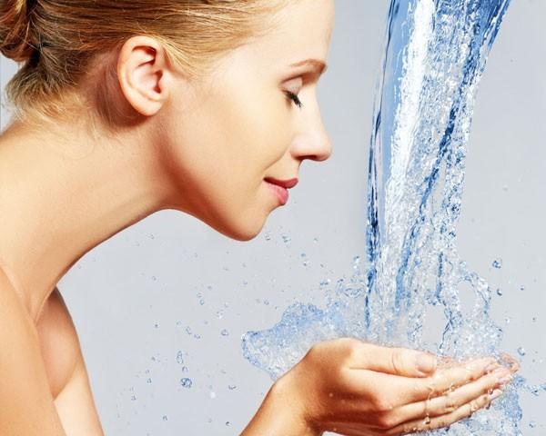 Hora do banho: aproveite para hidratar a pele (Foto: Think Stock)