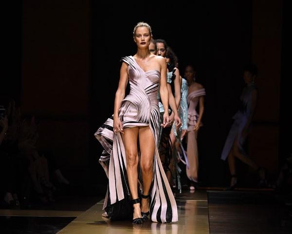 Atelier Versace optou pela alça única plissada (Foto: Getty Images)