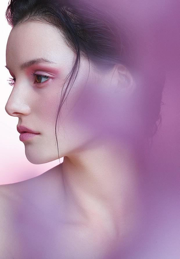 O blush rosa, com textura cremosa ou líquida, ilumina o make da estação (Foto: Artur Próchnicki (September Art Agency))