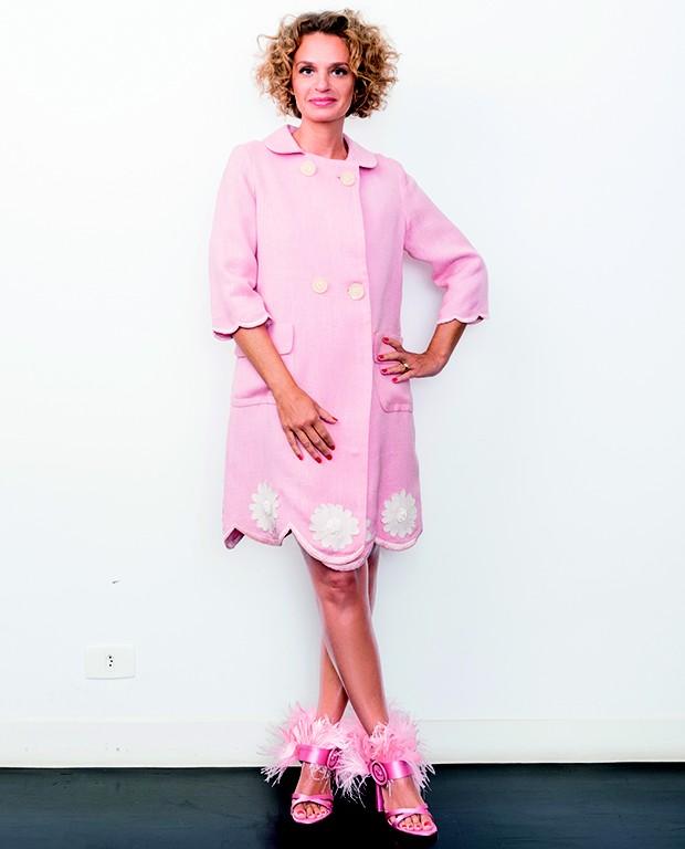 Ucha usa casaco Dener vintage e sandálias Prada (Foto: )