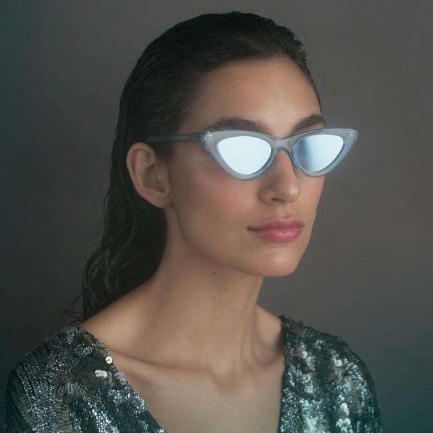 Vestido, R$ 4.998, John John; óculos, R$ 760, Le Specs na Acaju do Brasil (Foto: Tauana Sofia)