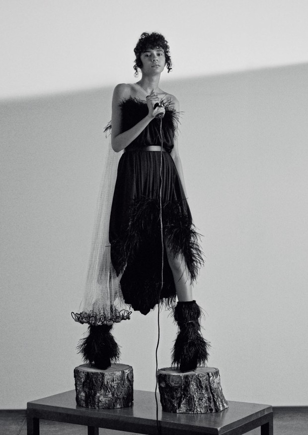 Vestido e botas, ambos Saint Laurent (Foto: Zee Nunes)