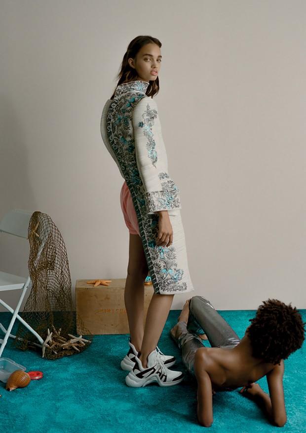 Casaco, camisa, shorts e tênis, tudo Louis Vuitton (Foto: Zee Nunes)