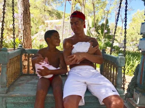 Cristiano Ronaldo com os filhos (Foto: Reprodução/Instagram)