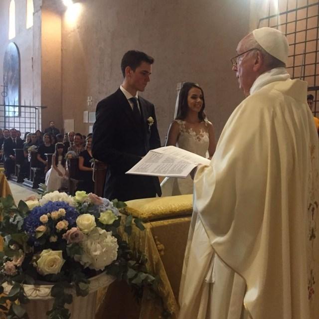 O Papa Francisco apareceu de surpresa no casamento da brasileira Letícia Vera (Foto: Reprodução / Instagram)
