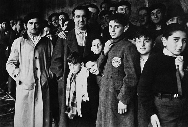 জুলাই 1942. জার্মান ঘনত্ব ক্যাম্পের পথে ফ্রান্সের প্যারিসের কাছে ড্র্যাং এর ট্রানজিট ক্যাম্পে ইহুদিদের নির্বাসিত।