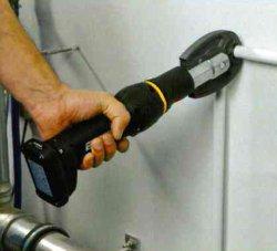 pressare-raccordi-su-tubo-multistrato-con-pressatrice-mini-32-MGF-tools