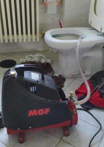Pompa disostruente elettrica per disotturare un WC