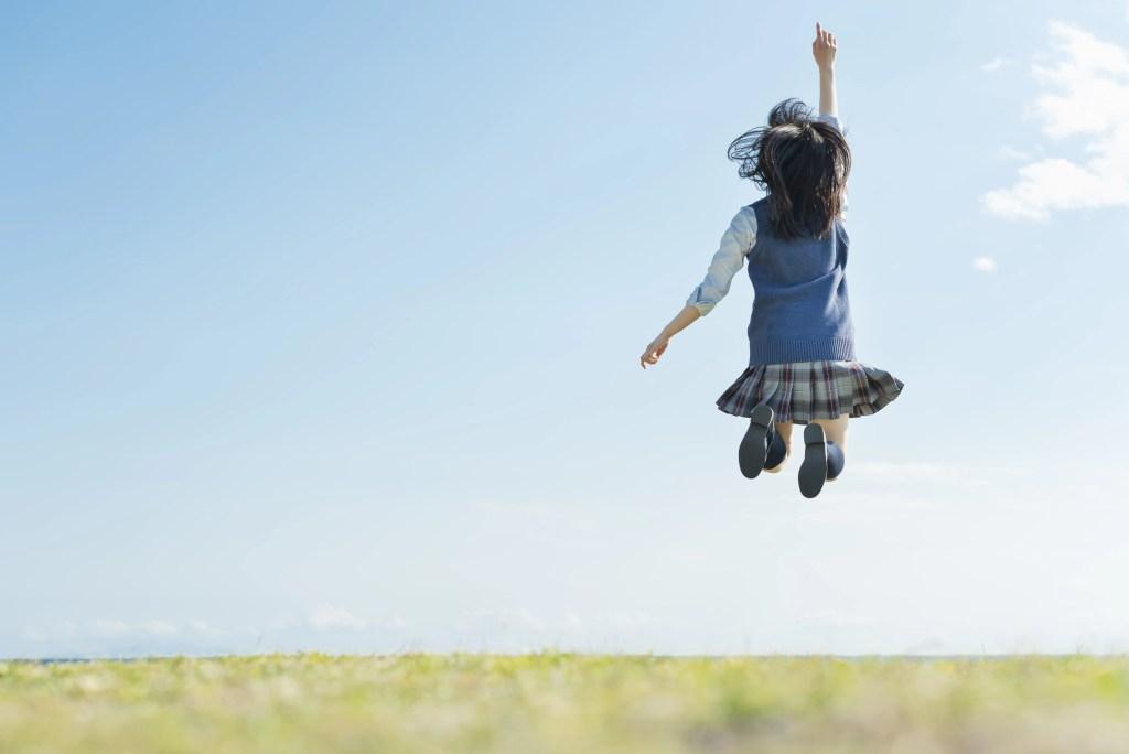 女子高生 海 草原 ジャンプ