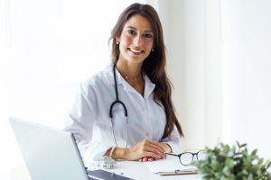 doctora sonriendo en su consulta