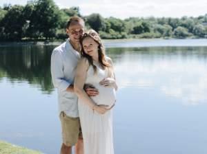 pareja de recien casados con ella embarazada