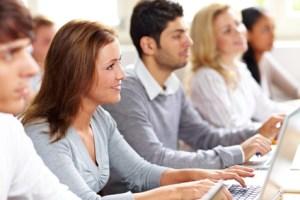 Schulungsteilnehmer vor jeweils einem eigenen Laptop