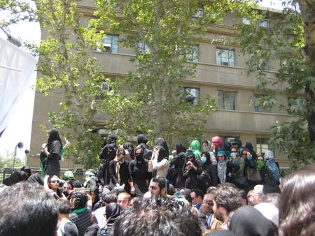 نبش خیابان طالقانی، روبروی درب شرقی دانشگاه تهران