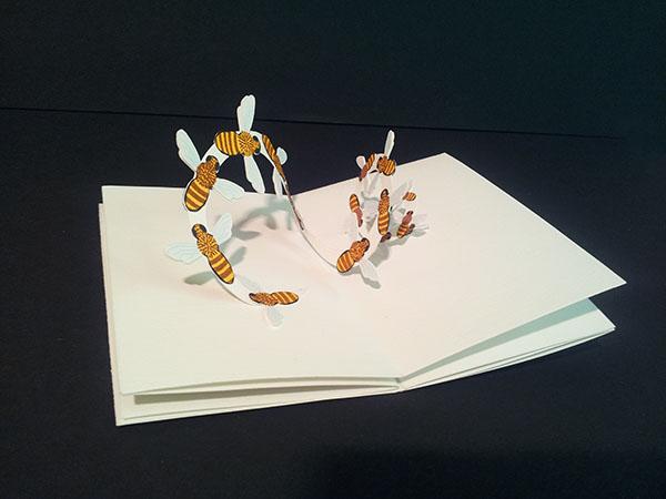 """Livre-anniversaire """"Apiculture"""",  pop-up 2, nuée d'abeilles, vue de profil"""