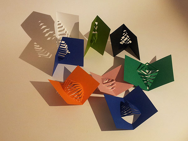 Recyclage des chutes de papier en marque-pages kirigami, vue de dessus 2