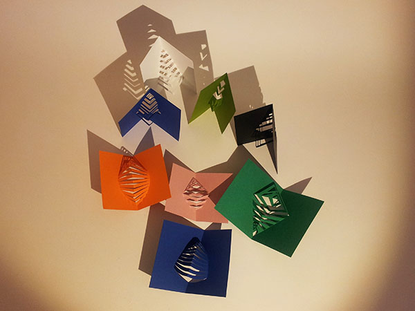Recyclage des chutes de papier en marque-pages kirigami, vue de dessus