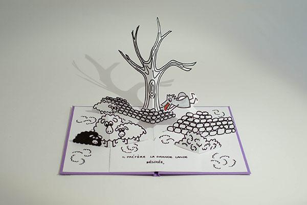 """Projet de livre pop-up """"Variation pour un loup et un jardin potager"""", page 4, vue de face avec le loup dans la lande avec arbre et moutons"""