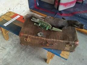 """La valise diplomatique par Bernard Sultan, exposition """"Qu'est-ce qu'on trimballe, Valises d'artistes"""" – Cie L'Emporte Pièces."""