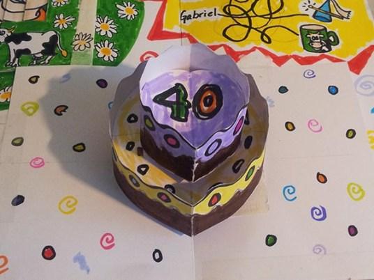 Carte d'anniversaire personnalisée en pop-up, version de travail démontable. Gâteau d'anniversaire, face.