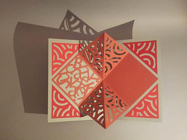 Pop-up Carré plié d'anniversaire, motifs abstraits cercles rouges sur fond gris