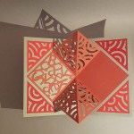 Pop-up Carré plié d'anniversaire, motifs abstraits cercles rouges, fond gris