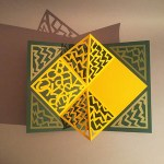 Pop-up Carré plié d'anniversaire, motifs abstraits zig-zag jaunes, fond vert