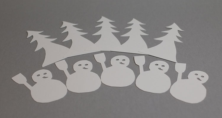 Modèle d'étiquettes de table avec sapin et bonhomme de neige