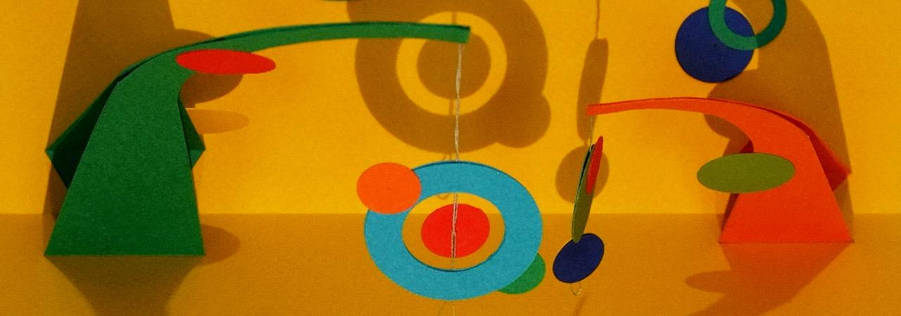 Atelier Mobile double Calder, carte pop-up avec cercles suspendus