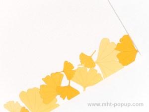 Carte Kirigami avec frise Ginkgos couleur jaune, détail du motif de la frise