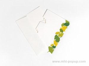 Carte Kirigami avec frise Ginkgos, couleur verte, carte et enveloppe