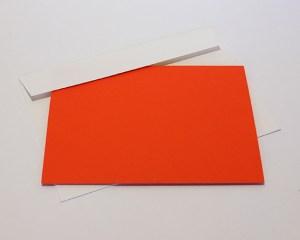 Carré plié d'anniversaire personnalisé, motifs triangles, fond orange. Carte et enveloppe