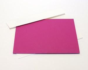 Carré plié d'anniversaire personnalisé, motifs triangles, fond fuschia. Carte et enveloppe