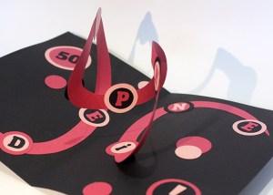 Carte pop-up en spirales combinées personnalisée pour un anniversaire, détail des motifs