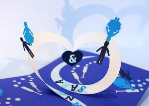 Carte pop-up en spirales combinées personnalisée pour un mariage, détail coeur
