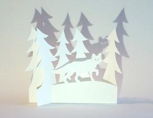 Carte de vœux en papier découpé motif Renard et sapins, vue pliée de face