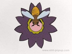 Carte pop-up Fleur avec abeille, violet, détail recto