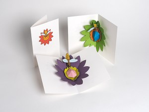 Cartes pop-up Fleur avec abeille, 3 versions colorées