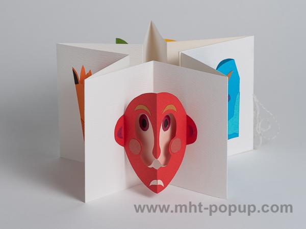 Livre d'artiste en accordéon sur le thème des masques, livre plié en étoile. Masque inspiré, entre autre du livre Masques de Paul Rouillac, Mango, 2011
