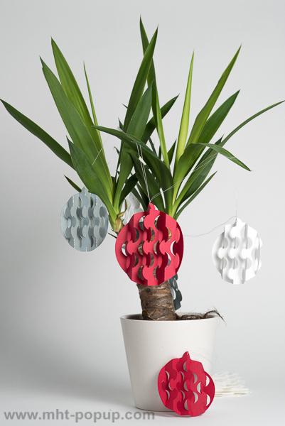 Guirlande, modèle Boules psychédéliques Rouge/Blanc/Argent, disposée autour d'un yucca