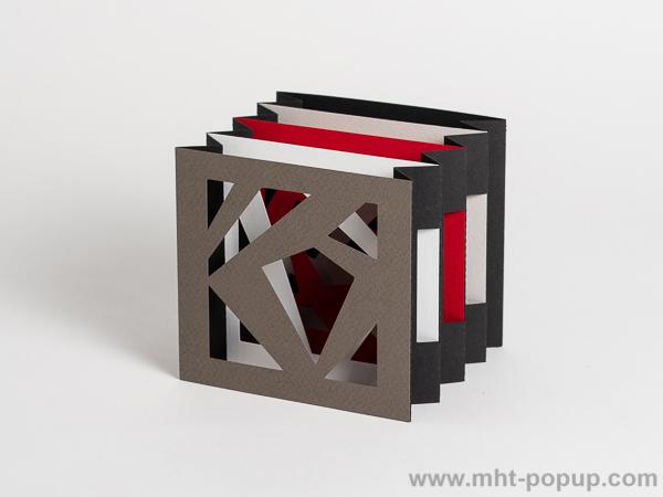 Livre d'artiste tunnel, modèle Abstraction noir, vue de côté du livre déplié