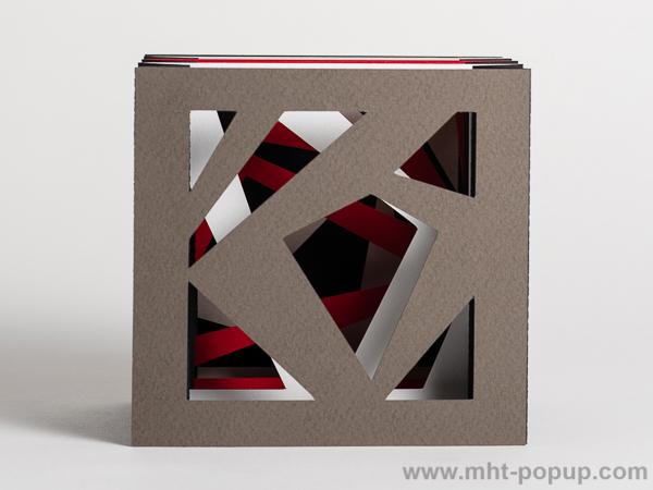 Livre d'artiste tunnel, modèle Abstraction noir, vue de face du livre déplié