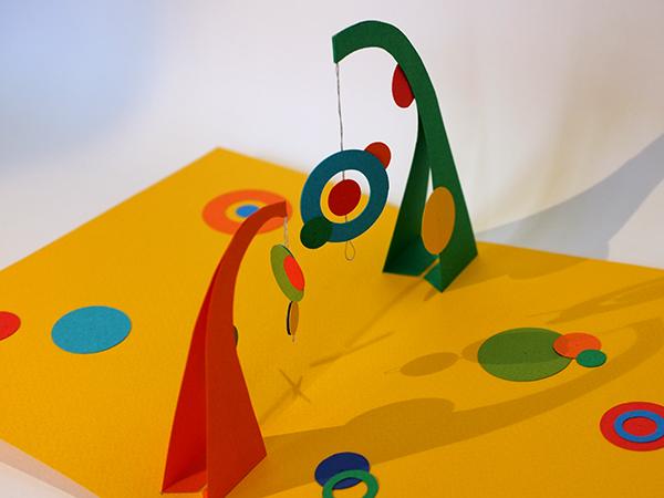 Atelier pop-up autour de Calder avec mobile double et éléments suspendus